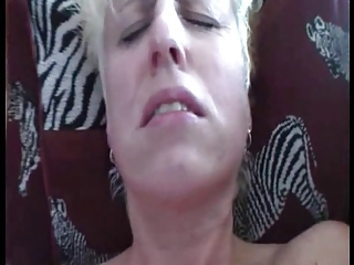 bulky mature wife gets her st orgasm- hitachi