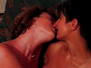 lesbo kiss lsebians giving a kiss lesbianas